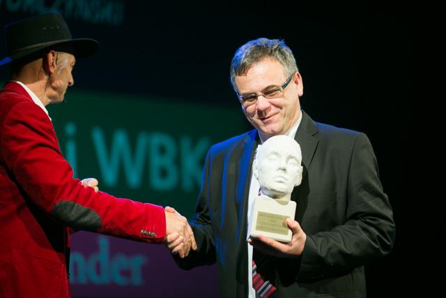 Tomasz Turczyński, dyrektor Banku Zachodniego WBK w Bolesłąwcu odbiera statuetkę Przyjaciel Gliniady